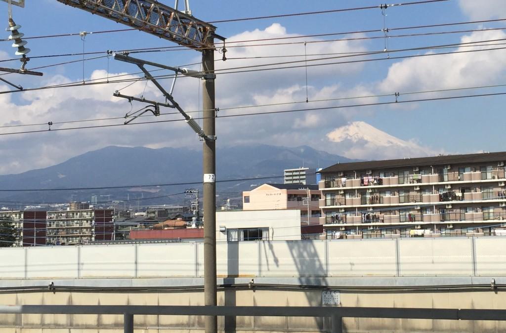 三島駅の新幹線ホームからの富士山