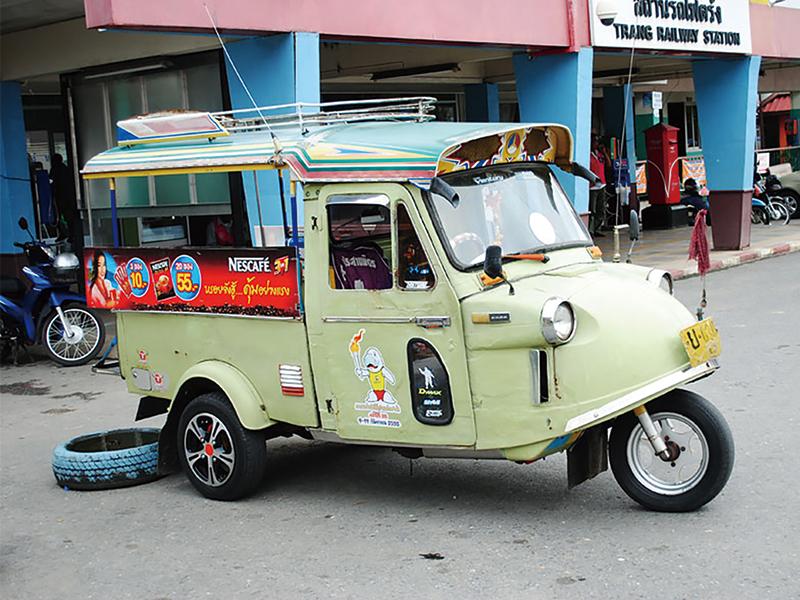 カエル頭(ホアコッブ) 三輪タクシー「トゥクトゥク」